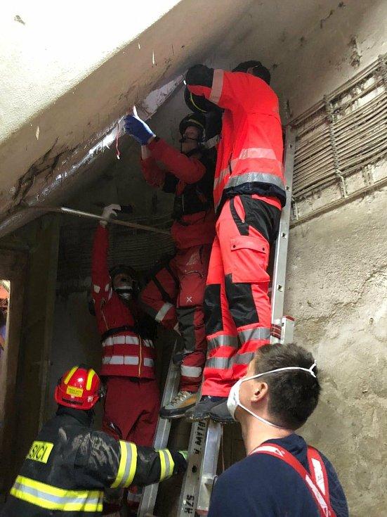 K muži uvězněnému v silu se hasiči dostávali jen přes malý revizní vstup.