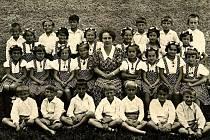 Tou první je Anděla Kučerová, nadšená členka a režisérka spolku divadelních ochotníků Hýbl se svými žáky. Byla dcerou ředitele měšťanské školy dívčí Josefa Bonaventury Hubálka.
