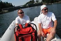 Vodní záchranáři Jiří Brožek a Vlastimil Bílý, za zády mají hráz Pastvinské přehrady.