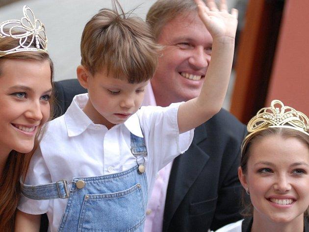 Setkání v Žichlínku mělo velice srdečnou atmjosféru, některé děti si odnesly na památku snímek: vlevo je Kateřina Sokolová, vpravo Veronika Pompeová, vzadu Zbigniew Czendlik.