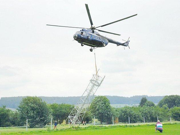S pomocí vrtulníku už základna stojí.