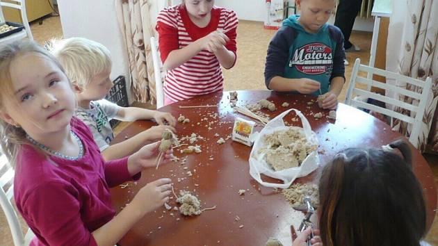 Děti při výrobě betlému z chleba.