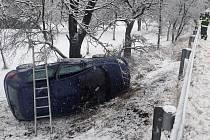 Na silnicích to klouzalo: havárie na serpentýnách.