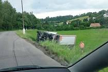 Kamion zůstal po úhybném manévru na boku.