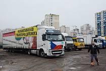Konvoj s humanitární pomocí dorazil na Ukrajinu, neobešlo se to bez problémů.