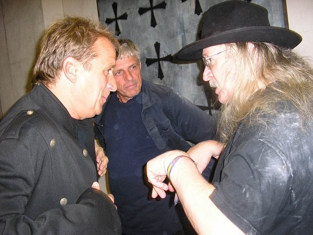 Setkání osobností. Zleva Karel Babíček, Josef Záček a Ivan Martin Jirous.