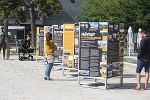 """Putovní venkovní výstava čtyř krajských muzeí """"Než přišla svoboda"""" na třídě Míru u sochy Jana Kašpara."""