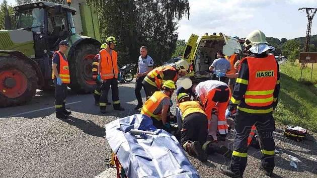 Motorkáře převezli zdravotníci do nemocnice.