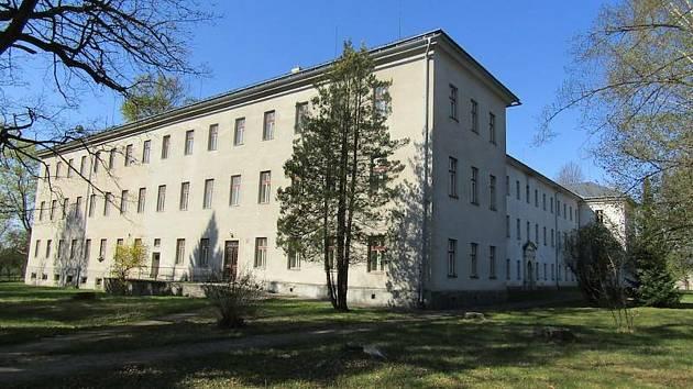 Areál bývalého výchovného ústavu leží zhruba 700 metrů od centra Králík.