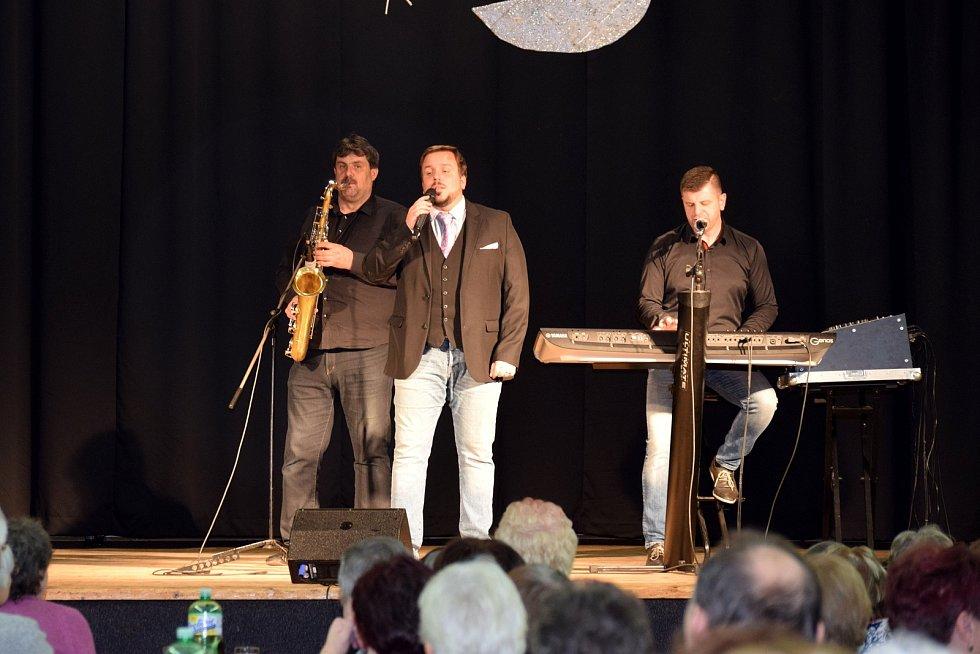 Seniorům v Letohradě zahrál Karel Gott Revival Morava.