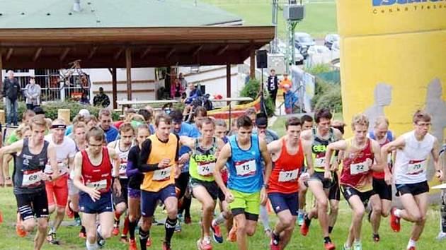 Běh do vrchu na Pekláku - start nominačního závodu na MS na 10 kilometrů..