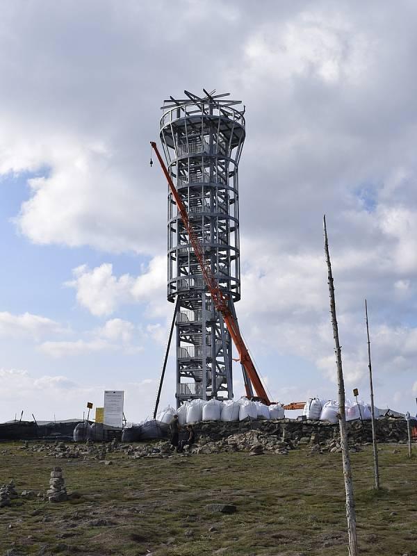 Výstavba rozhledny na Králickém Sněžníku začátkem září 2021.