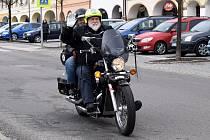 Ačkoli počasí příliš nepřálo, motorkáři z Letohradu v sobotu vyrazili na první jarní jízdu. Hodinu po poledni se jich na letohradském Václavském náměstí sešlo několik desítek. Vyrazili na pětapadesát kilometrů dlouhou trasu přes Ústí nad Orlicí, Brandýs n