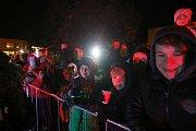 Desítky děsivých čertů Krampusů dorazily v úterý večer k ústecké Základní škole Bratří Čapků