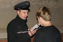 Policie kontrolovala pití alkoholu u mladistvých.