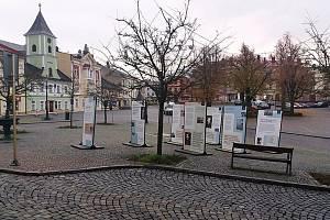 Na Velkém náměstí v Králíkách je k vidění putovní výstava Osvobození bez svobody, která vypráví příběhy pamětníků zaznamenané do databáze Paměť národa.