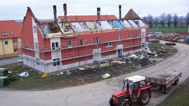 Požár bytovky v Rudolticích a jeho následky.