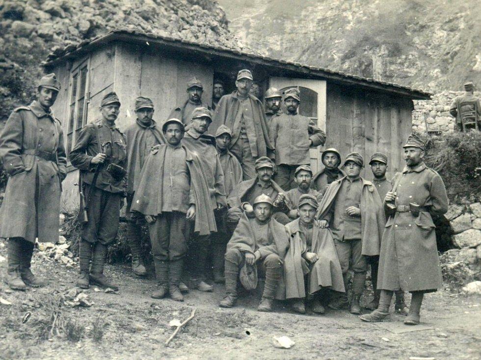 1916. Skupina zajatých Italů fotografovaných u regiment kommanda 98. Údolí Astico.