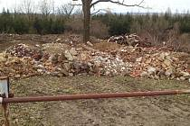 Odpad navezený na lesní pozemek v katastrálním území Chotěšiny.