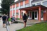 V pondělí 2. září usedlo do lavic základních škol v Ústí nad Orlicí celkem 129 prvňáků. Stejně jako každý rok se také letos vydal prvňáčky, doprovázené rodiči, pozdravit starosta města Petr Hájek a místostarostové Jiří Preclík a Matouš Pořický. 3 třídy pr
