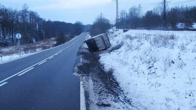 Mezi Českou Třebovou a obcí Třebovice havaroval kamion.