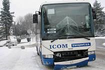 Autobus srazil lampu pouličního osvětlení.