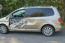 Policie hledá řidiče, který zničil volkswagena u Helvíkovic.