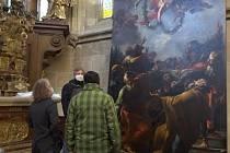 Stěhování restaurovaného Brandlova oltářního obrazu zpět do kostela sv. Vavřince ve Vysokém Mýtě.