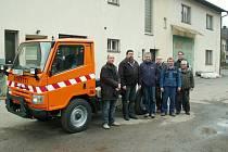 Nový vůz značky Bonetti přebírají zástupci města spolu s pracovníky technických služeb.