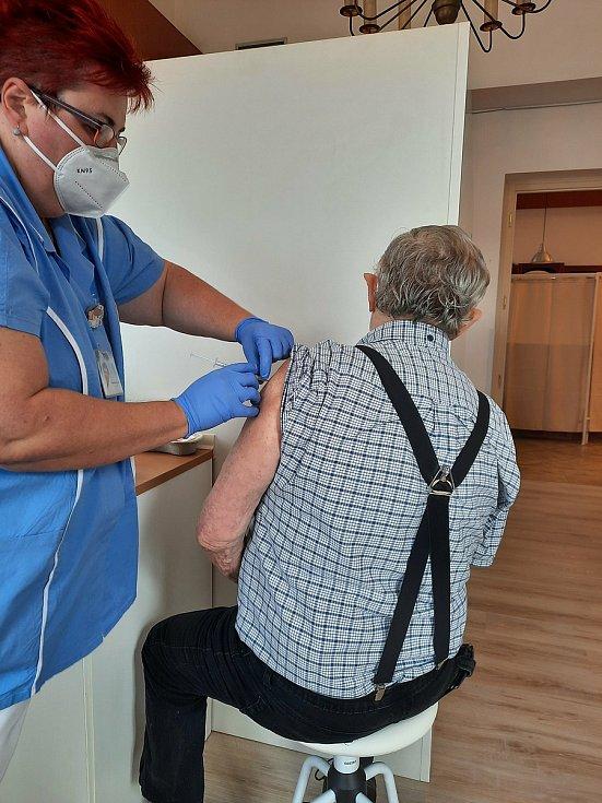 První naočkovaný pacient v Brandýse nad Orlicí