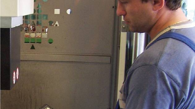 Stueken má ve stávající hale asi 80 strojů. Společnost hledá kvalifikované zaměstnance pro práci na elektroerozivním hloubícím stroji.