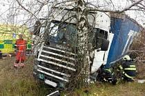 Dopravní nehoda nákladního automobilu u Týnišťka.