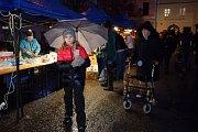 Ačkoli nedělnímu rozsvícení vánočního stromu v Letohradě nepřálo počasí, na vystoupení dětí ze školek, zahájení vánoční výstavy i koncert Chantal Poullain s kapelou si lidé cestu našli. Vánoční výstava letos láká i na betlémy Stanislava Vacka, na náměstí