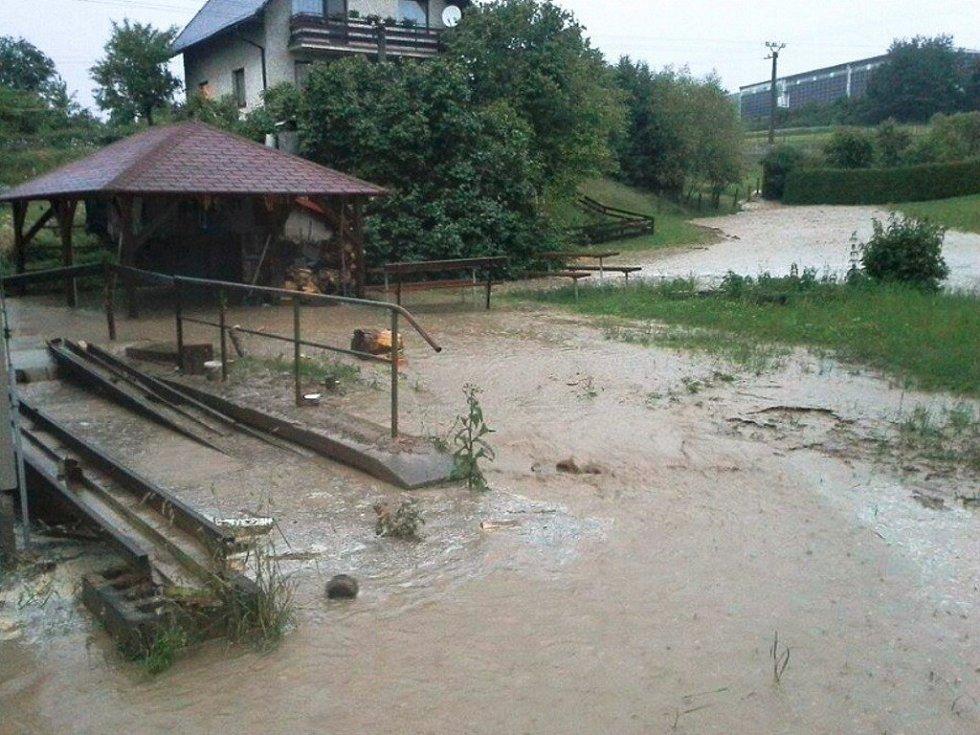Poldr v Letohradu-Orlici vodu nezadržel kvůli chybějícímu poklopu. Ta znovu škodila v domech i zahradách.