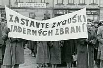 Manifestace proti atomovému zbrojení dne 10. 4. 1958 na náměstí Přemysla Otakara II. (v té době náměstí Klementa Gottwalda).