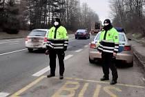 Policisté kontrolují nařízení. Silnice I/35 protíná dva okresy