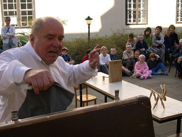 Knihovny v Jablonném nad Orlicí a v Králíkách si tento týden pozvaly vysokoýtského divadelníka Jana Havla.