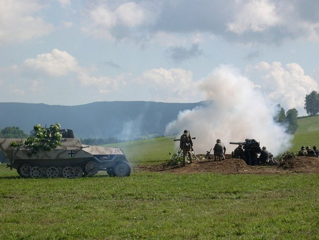 Desátá Cihelna se stala pestrou přehlídkou historické i moderní vojenské techniky.
