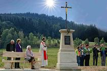 Děkan Miloš Kolovratník posvětil obnovený křížek na Pustině.
