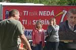 Trestně stíhaný premiér Andrej Babiš v sobotu navštívil Žamberk. Zavítal i do zdejší bývalé textilky Mosilana, kde dnes sídlí Muzeum starých strojů a technologií. Přivítání před areálem nebylo ale právě vřelé, čekali na něj demonstranti s transparenty.