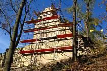 Záchrana torza zdiva na zřícenině hradu Brandýs nad Orlicí.