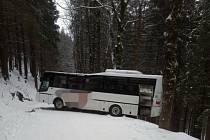 Dopravu na Šerlichu zablokoval uvázlý autobus