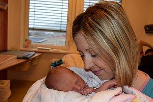 Veronika Dlabková se narodila 6. 11. v 17.51 rodičům Kláře a Pavlovi z Vamberka. Porodní váhu měla 2,900 kg. Doma se na ni těší i bráška Pavel.