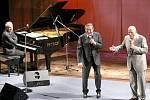 Za klavírního doprovodu Pavla Větrovce vedle Karla Gotta vystoupil také Karel Štědrý.