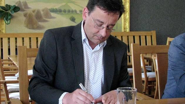 Starosta Vysokého Mýta František Jiraský při podpisu smlouvy.
