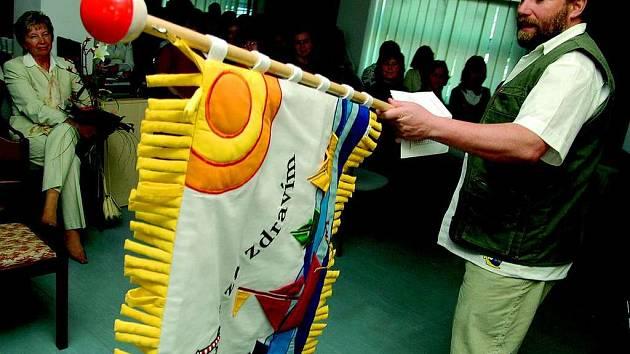 Primář dětského oddělení Luděk Ryba představil vlajku.