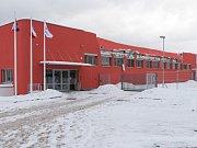 Pouhé dva týdny po kolaudaci se na nové sportovní hale v České Třebové zřítila střecha.