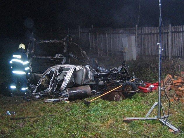 Požár karavanu pod Kozlovským kopcem.