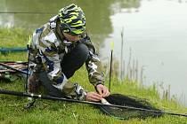 Každoroční závody se konaly na Libchavském rybníku, kde mladí rybáři a rybářky chytali na jeden prut.