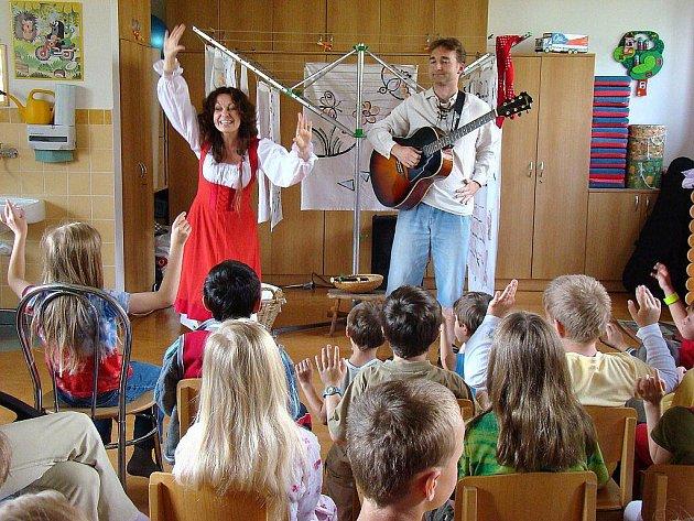 Projekt Veselé léto léčí písničkou a humorem.